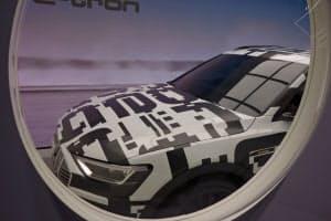 アウディが年内に生産開始するEV「eトロン」は外観の一部を公開(5日、スイス・ジュネーブ)