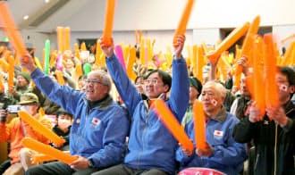 小平奈緒選手の応援で長野県茅野市役所の会場に集まった人たち。パブリックビューイングは自治体が主体の場合のみ認められた=共同