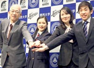 フィギュアの宮原知子(左から2人目)が出席した関大の壮行会はメディアに非公開で行われた=共同