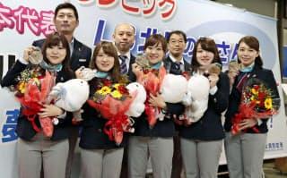 銅メダルを獲得したカーリング女子のメンバーも地元北見市の企業などで働いている=共同