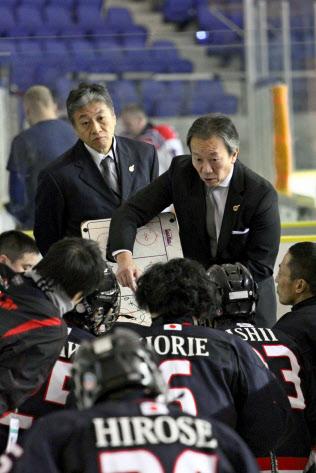試合前に選手に指示を出す中北浩仁日本代表監督(右から1人目、2016年12月)=一般社団法人日本パラアイスホッケー協会提供
