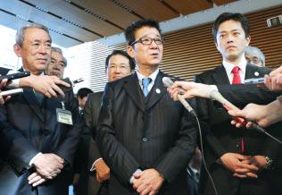 安倍首相との会談を終えた松井大阪府知事(中央)ら(6日午後、首相官邸)