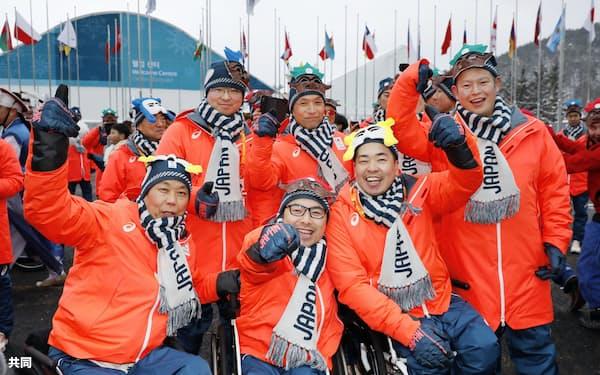 平昌冬季パラリンピック選手村の入村式で、記念写真に納まるパラアイスホッケーの選手たち(6日、韓国・平昌)=共同
