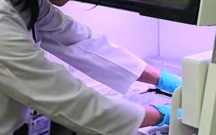近畿大学ではがん患者の遺伝子を調べて治療に役立てる研究を全国に先駆けて取り組んでいた(写真は遺伝子検査の様子)