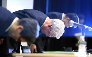 記者会見で頭を下げる神戸製鋼所の川崎会長兼社長(中)(6日午後、東京都中央区)
