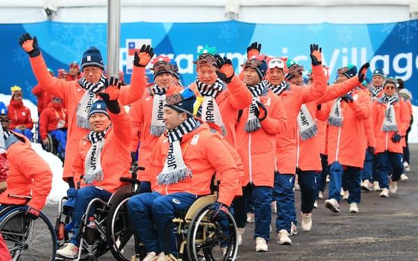 選手村の入村式で入場行進する日本選手団(6日、平昌)=横沢太郎撮影