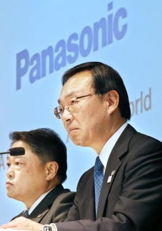 梅田CFO(左)は時に津賀社長(右)を止める役割となる