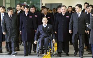 平昌冬季パラリンピックに参加するため韓国に到着した北朝鮮選手団(7日、韓国・坡州)=共同