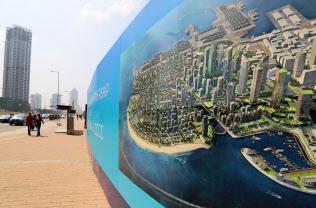 最大都市コロンボでは中国マネーを使い海岸を埋め立てる新都市開発が進む
