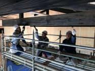 学生は塗装作業に参加し、建築の工程などについて学んだ