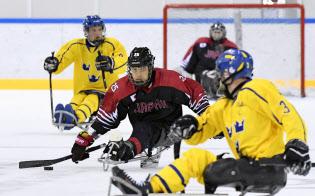 スウェーデンとの練習試合で攻め上がる三沢=中央(7日、江陵)=共同