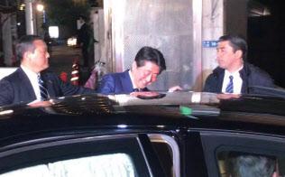 二階幹事長らとの会食を終え、日本料理店を後にする安倍首相(7日夜、東京・赤坂)