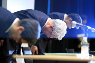 神戸製鋼所の川崎会長兼社長(中)は6日開いた会見で企業風土にも問題があったと話した。