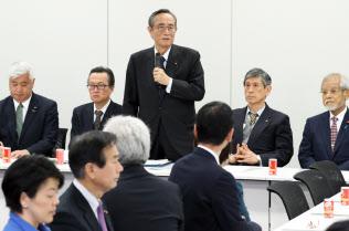 自民党憲法改正推進本部の会合であいさつする細田本部長(7日午後、東京・永田町)