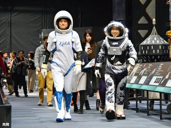 学生がデザインした宇宙服を着てウオーキングする若田光一さん(右)と大西卓哉さん(7日、茨城県つくば市)=共同