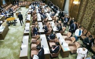 参院予算委の開会を前に退席する野党委員ら(8日午前)