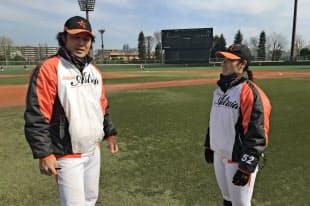 今シーズンからチームの指揮を執る辻内監督(左)と大山唯コーチ