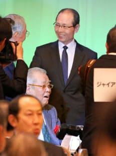 ソフトバンクの王会長(奥中央)は球団経営者として好成績を収めているといえる=共同