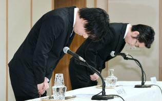 記者会見で謝罪するコインチェックの和田晃一良社長(左)と大塚雄介取締役(8日午後、東京都千代田区)