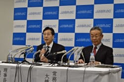 会見するJASRACの浅石道夫理事長(左)(8日、東京・港区)