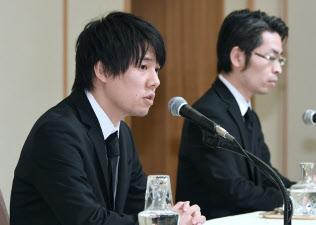 記者会見するコインチェックの和田晃一良社長(左)と大塚雄介取締役(8日午後、東京都千代田区)