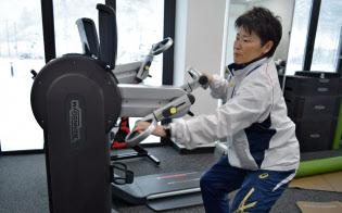 車椅子のまま利用できるトレーニング機器の説明をする大石トレーナー