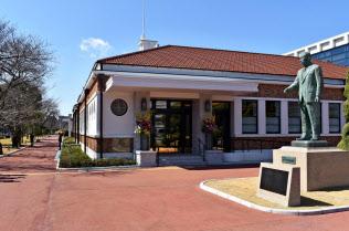 松下幸之助歴史館の外観は本店を門真に移した際の社屋を模した