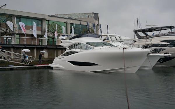 ヤマハ発動機は国内向けで最高価格になるモーターボート「EXULT43」(写真手前)を6月に発売する