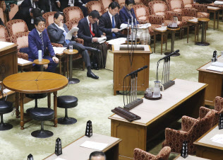 野党の審議拒否で質問者がいないまま閣僚席で待機する安倍首相(8日午後、参院予算委)