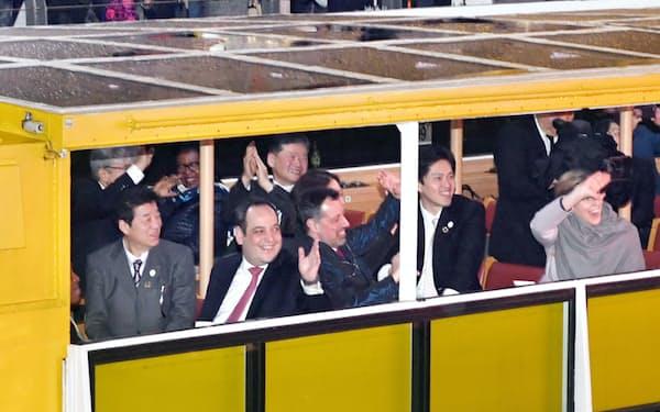 松井大阪府知事(左)らと道頓堀川を船で進むBIEの一行(8日、大阪市中央区)