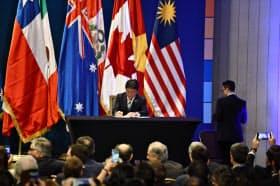 8日、TPP11の協定書に署名する茂木敏充経済財政・再生相(サンティアゴ)