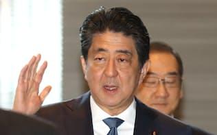 首相官邸に入る安倍首相(9日午前)