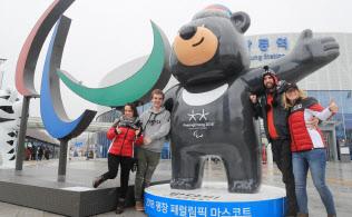 パラリンピックのマスコットと記念撮影する人たち(9日、江陵)=横沢太郎撮影