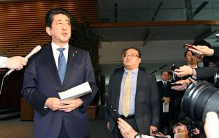 記者の質問に答える安倍首相(9日午前、首相官邸)=共同