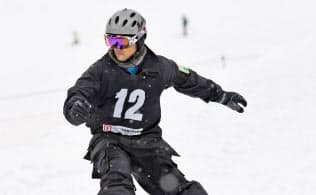 全国障がい者スノーボード選手権大会で滑走する山本(17年2月)