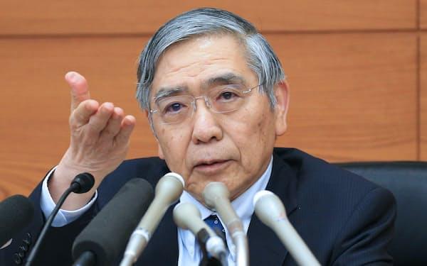 記者会見する日銀の黒田総裁(9日午後、日銀本店)