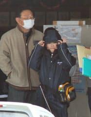 2011年3月下旬、被災後初めての登校日を迎え、大川小から約10キロ離れた別の小学校を訪れた5年生当時の只野さん。左は父の英昭さん(宮城県石巻市)