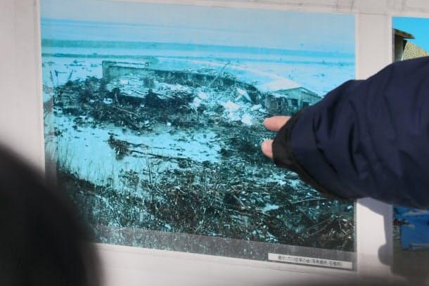 津波に襲われた直後の大川小学校の写真の展示(2月12日、宮城県石巻市)