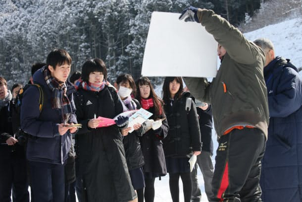 茨城県から来た高校2年生の橋本錬さん(左、17)は、「僕たちのような県外の人間が来ていいのかという迷いもあった。しかし実際に来て見て聞いたことを、自分たちも帰ってからしっかり伝えたい」と話した(2月12日、宮城県石巻市)