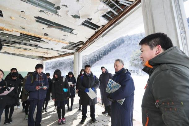茨城県から来た中高生に大川小が津波に襲われたときのことを話す只野哲也さん(右)(2月12日、宮城県石巻市)