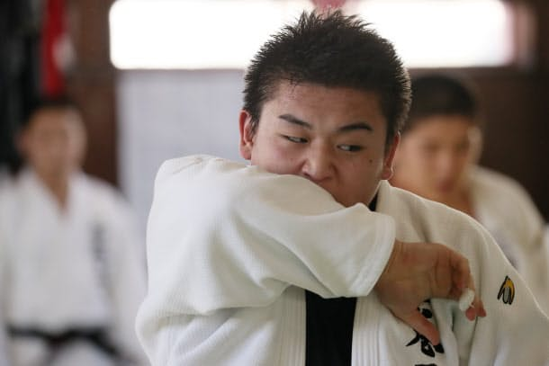 石巻工業高校柔道部の部活動で汗を流す只野哲也さん。大川小に入学したころからずっと続けている(1月13日、宮城県石巻市)