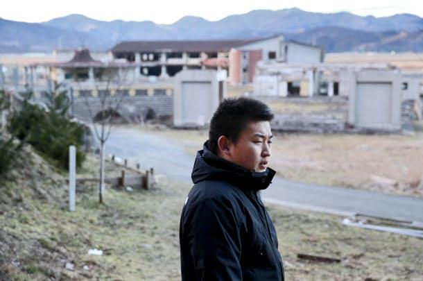 東日本大震災で児童74人が津波の犠牲となった宮城県石巻市大川小学校で、奇跡的に生還した当時5年生の只野哲也さん(18)。今冬、母校で「語り部」の活動を始めた(1月13日、宮城県石巻市)