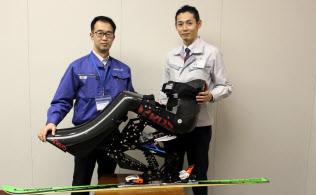 「隼」を前にした日進医療器の山田課長(左)とトヨタ自動車の榎本主任