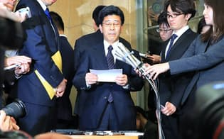 国税庁長官を辞任し、記者会見する佐川氏(中央)=9日午後、財務省
