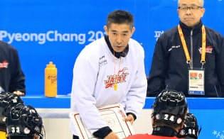 平昌パラリンピックのアイスリンクで選手に指示を出す信田コーチ(中)=横沢太郎撮影