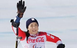 平昌冬季パラリンピックのアルペンスキー女子滑降座位で銀メダルを獲得し、笑顔で歓声に応える村岡桃佳(10日、平昌)=共同