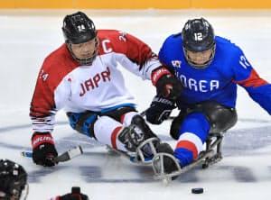 韓国選手と競り合う須藤(左)=横沢太郎撮影