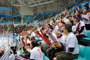声援を送る日本の応援団(10日、江陵)=西城彰子撮影