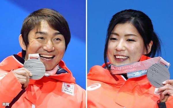 平昌冬季パラリンピック・アルペン滑降座位のメダル授与式で、それぞれ獲得した銀メダルを手に笑顔を見せる男子の森井大輝(左)と女子の村岡桃佳(10日、平昌)=共同