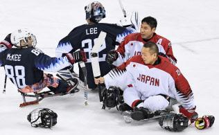 試合終了後、米国選手とタッチを交わすGK福島(右手前)と熊谷(11日、江陵)=共同